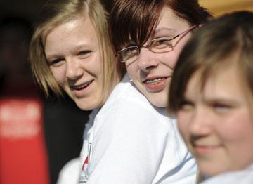 Foto: Drei Jugendliche vom Jugendrotkreuz