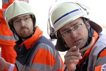 Foto: Zwei ehrenamtliche Helfer beim Koordinieren